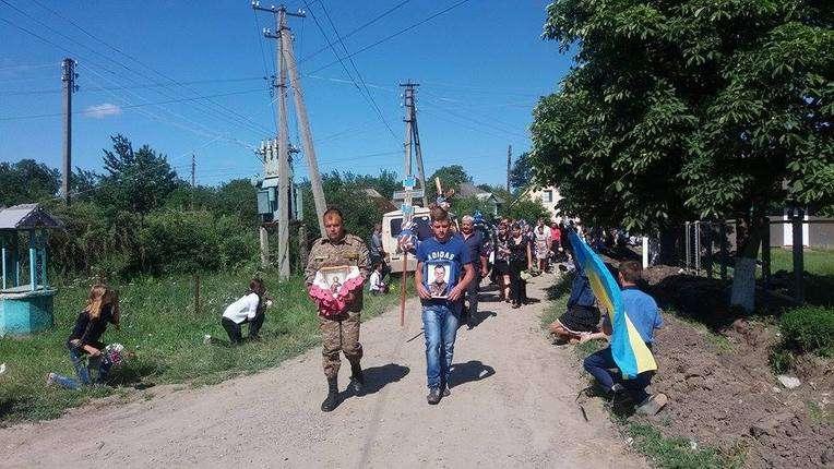 Сотні людей на колінах провели в останню путь загиблого в АТО буковинця
