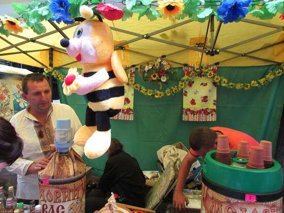 За півлітра меду 70 гривень: Як ярмаркують на Петрівському у Чернівцях бджолярі