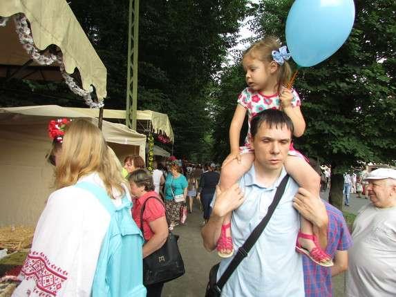 Хліб та слойку від ТМ Буковинський каравай розбирають на Петрівському ярмарку у Чернівцях