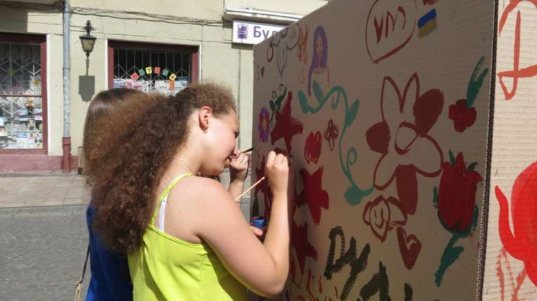 У Чернівцях діти розфарбували картонний куб