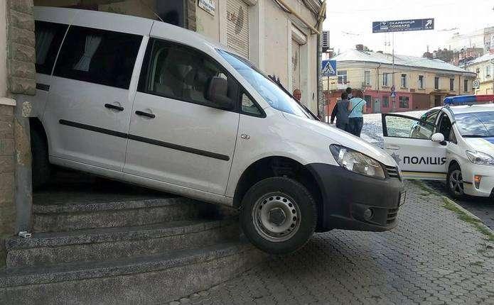 У Чернівцях водій намагався спуститись сходами на автомобілі і застряг
