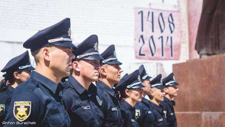 Патрульна поліція Чернівців на Центральній площі міста відзначила 100 днів роботи