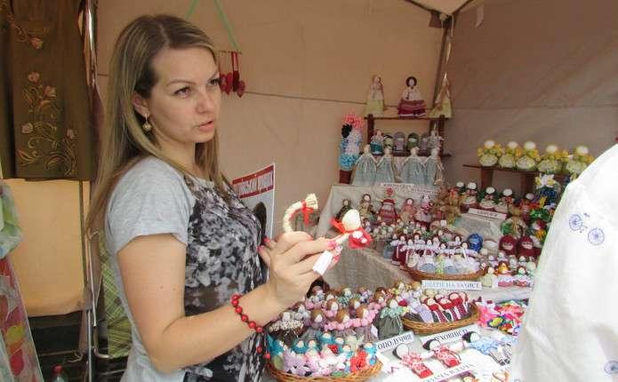 Майстриня із Хмельницького показала Чернівцям диво-ляльки