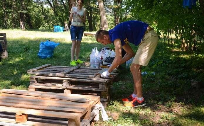 Чернівчани виготовили вуличні меблі для парку Шиллера