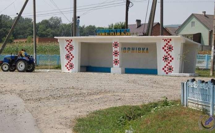 У селі Чернівецької області люди власними силами поремонтували автозупинку