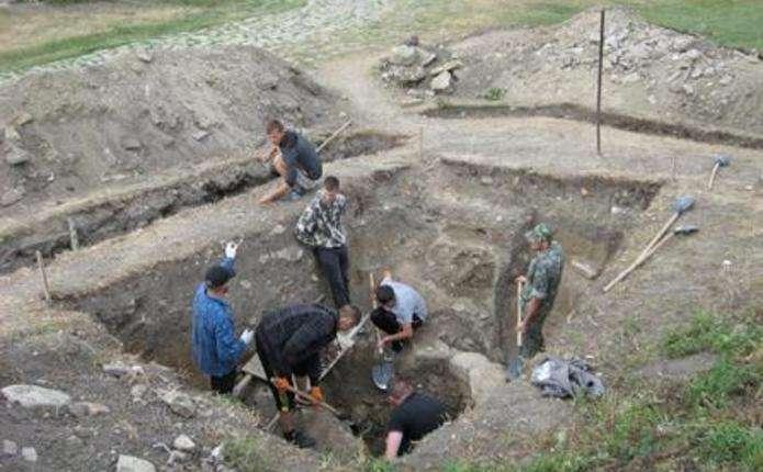Разом з колодязем XVIII ст. студенти ЧНУ розкопали у Хотині крем'яні вироби, посуд, давні боєприпаси