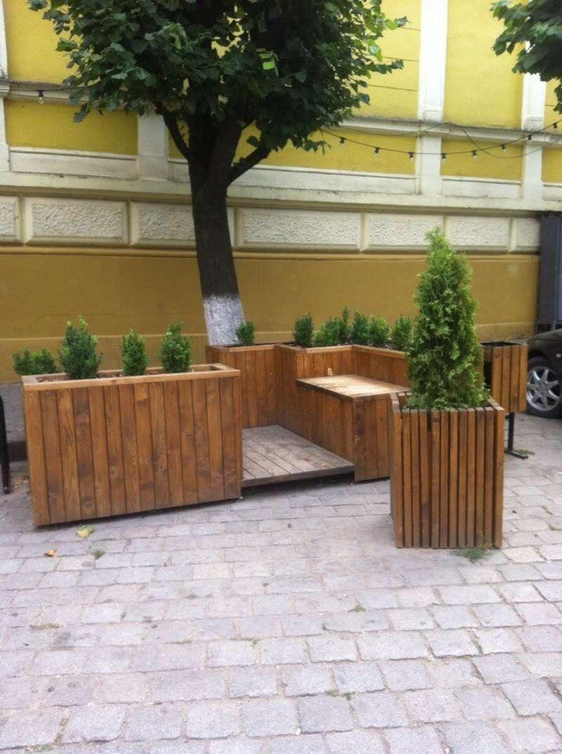 У Чернівцях вже понищили встановлений на Театральній площі парклет