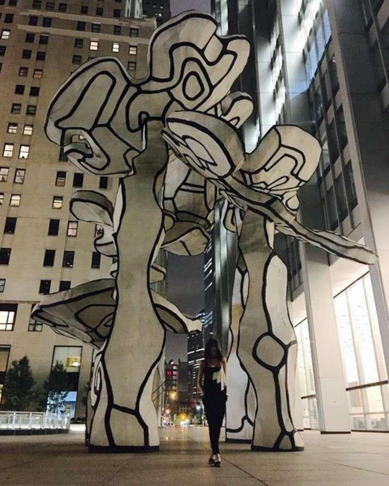 Марія Яремчук показала відверте декольте та поділилась краєвидами Нью-Йорка