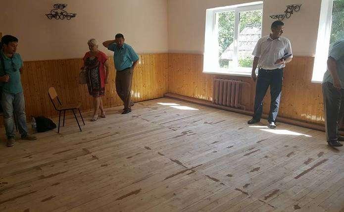 Підрядник у Чернівцях перестелив підлогу у школі гнилими дошками