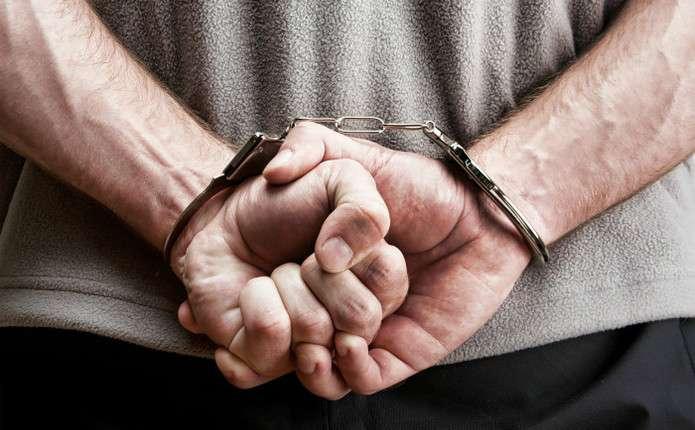 Раніше судимий чоловік вдерся до помешкання чернівчанки, побив її та забрав мобільний