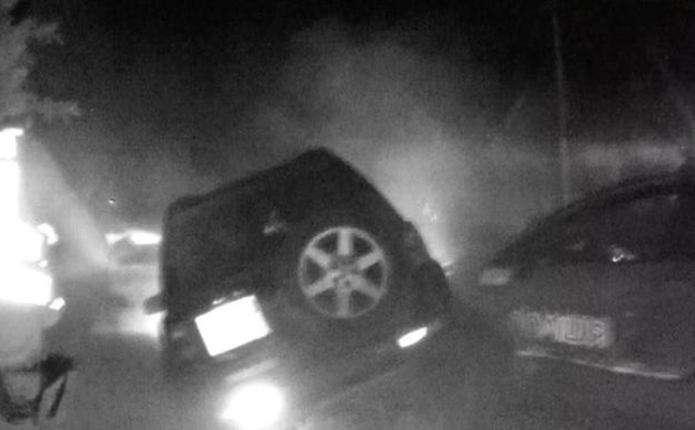 Водія Land Rover у Чернівцях заблокували 5 поліцейських машин, а він все одно намагався прорватись