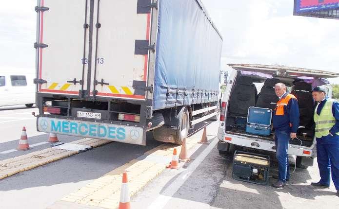 Перевантажені фури нищать буковинські дороги