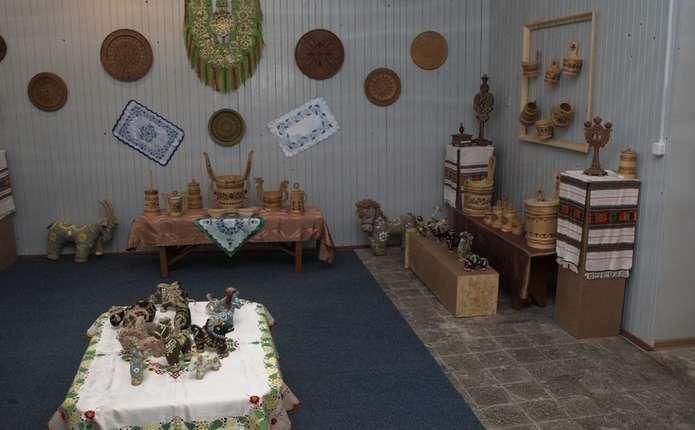 Авторські іграшки та вироби бондарства представили на виставці у Вижниці