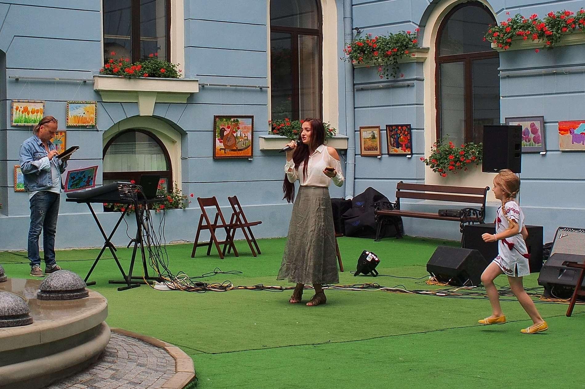 У галереї чернівецької Ратуші в День незалежності читали вірші та смішні історії