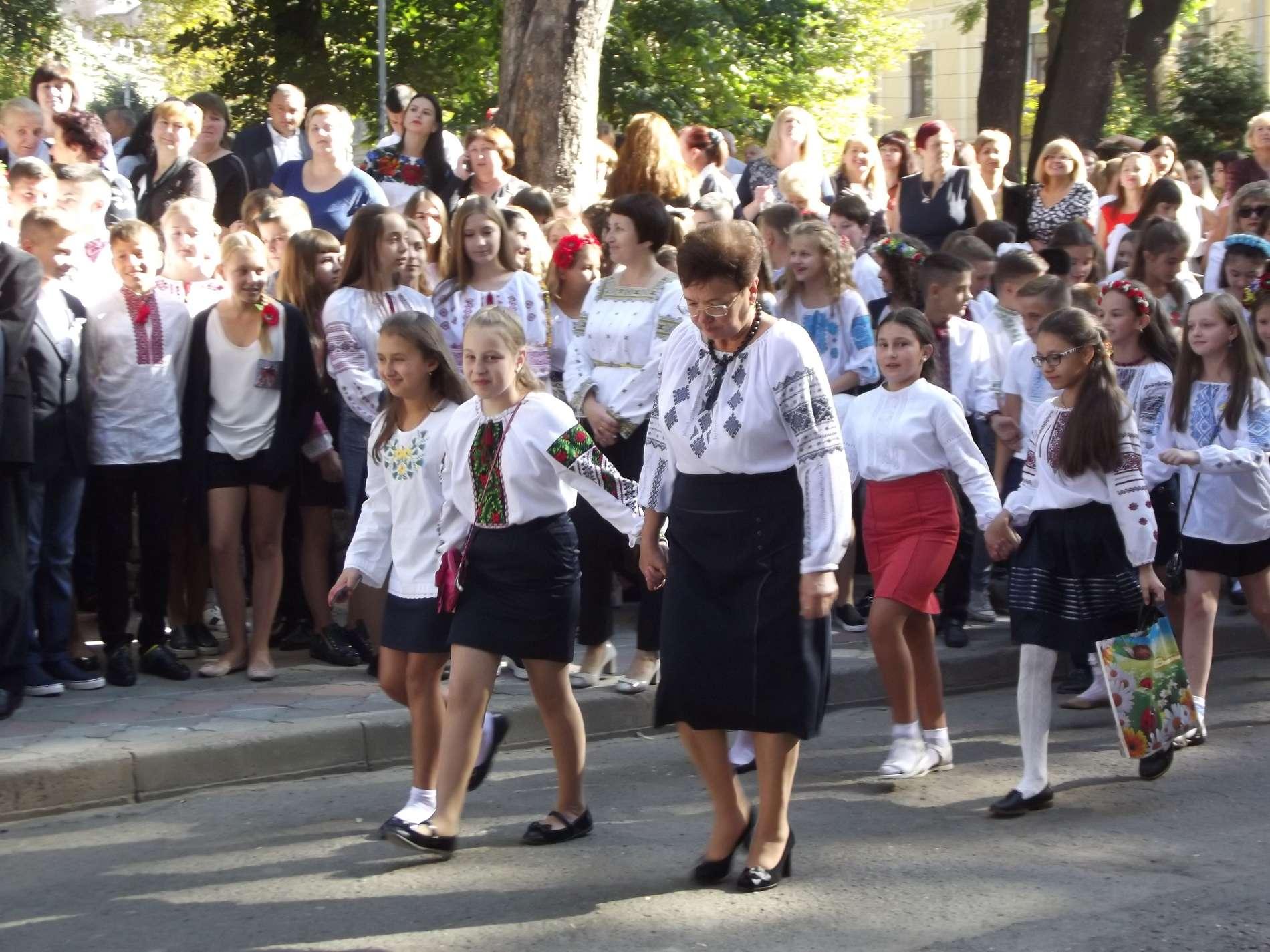 У Чернівецькій гімназії №5 святкова лінійка пройшла з виносом прапора та першим дзвоником від першачків
