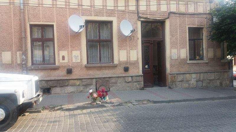 Люди несуть квіти на місце моторошного вбивства у Чернівцях