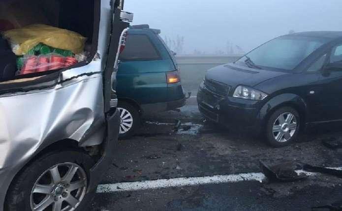 Масштабна аварія поблизу Львова: між собою зіткнулися 12 автомобілів