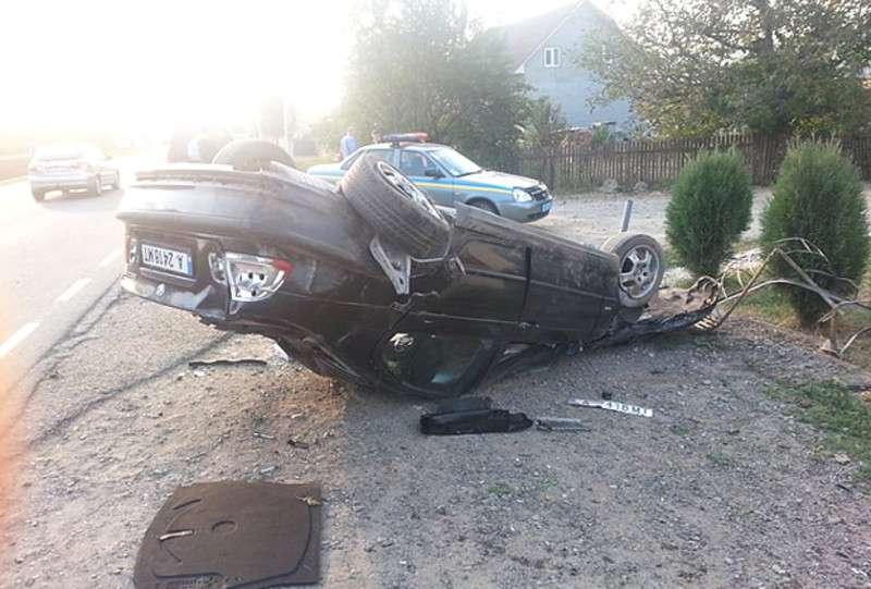 У Банченах автомобіль BMW злетів з дороги та перекинувся
