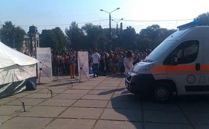 На Соборній площі чернівчан вчать надавати першу медичну допомогу