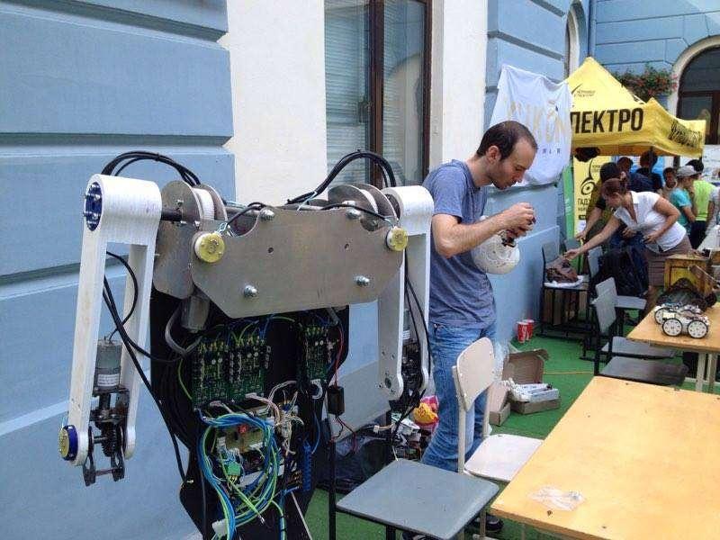 У дворику чернівецької Ратуші влаштували бої роботів