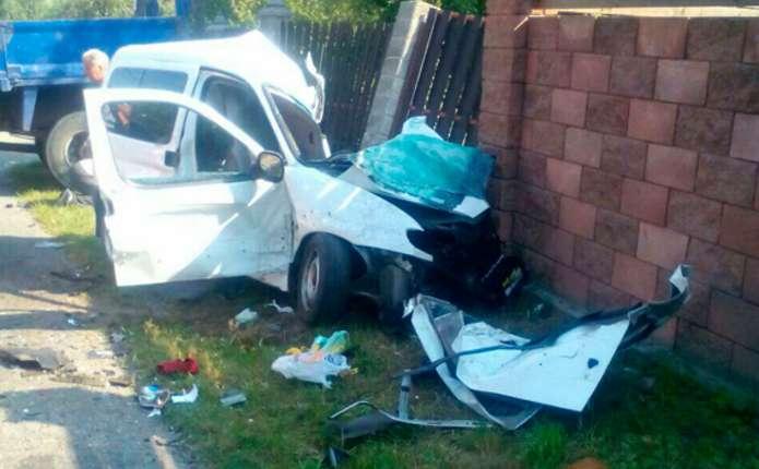Жахлива аварія біля Рівного: мінівен влетів у вантажівку, загинули діти