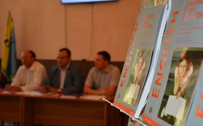 Для учнів та вчителів у Чернівцях закупили підручники з англійської мови британських видавництв