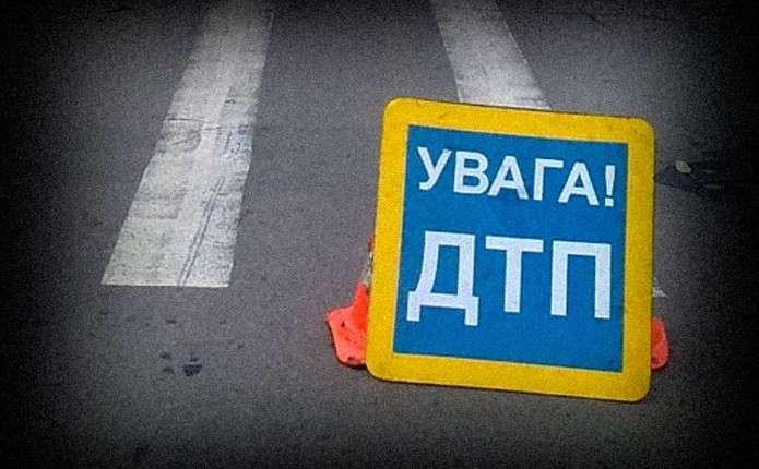На вулиці Комарова у Чернівцях на пішохідному переході автівка збила жінку з дитиною