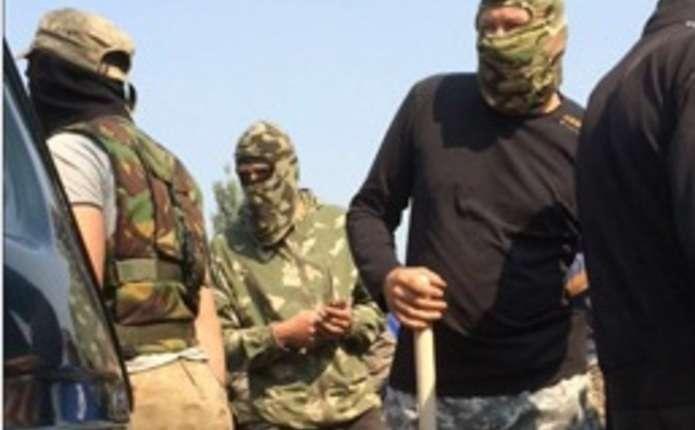 Сотні чоловіків у камуфляжах з битами і камінням напали на поліцію на Рівненщині