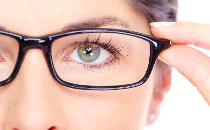 Вчені назвали сім звичок, що псують зір