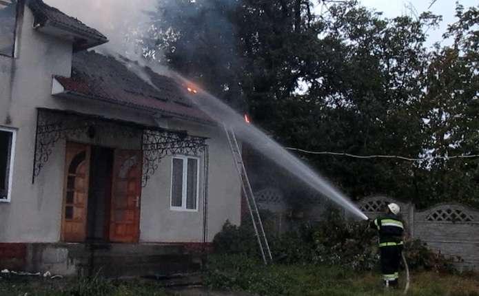 У Чернівецькій області в будинку, де ніхто не живе, сталася пожежа