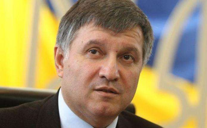 Аваков закликав терміново змінити закон Савченко