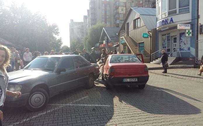На вулиці Ентузіастів у Чернівцях сталася ДТП: зіткнулися 2 автівки