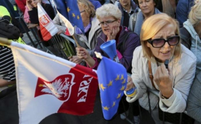 Тисячі людей вийшли з протестом на вулиці Польщі