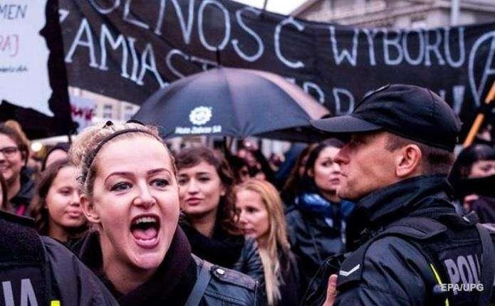 У Польщі після масових протестів передумали забороняти аборти