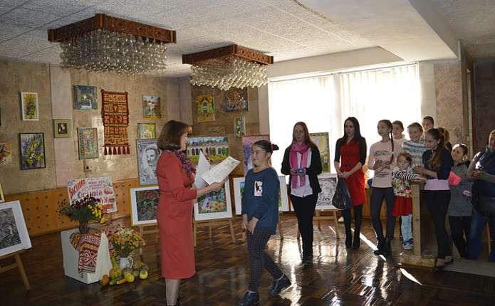 До Дня художника у Новоселиці відкрили виставку Осінній вернісаж