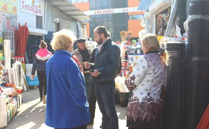 У Чернівцях на ринку – конфлікт: не можуть поділити, кому повинні платити підприємці