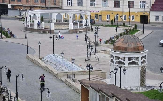 Під ранок у Чернівцях на площі жінка намагалася вчинити самогубство