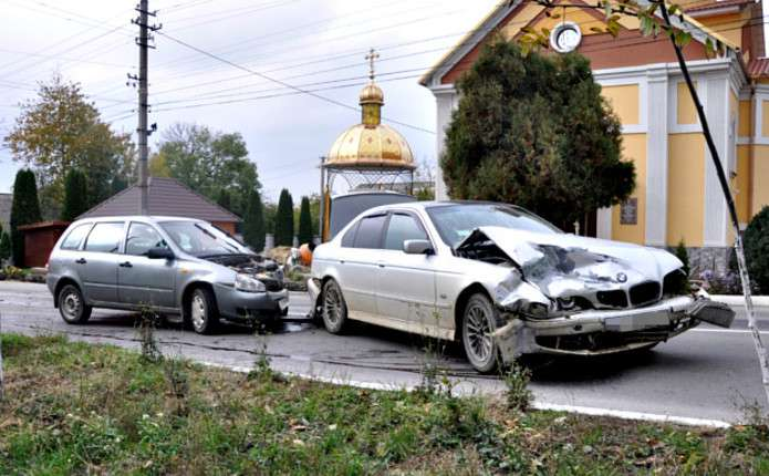 У Сторожинці зіткнулися Лада та БМВ: обоє водіїв опинилися у лікарні