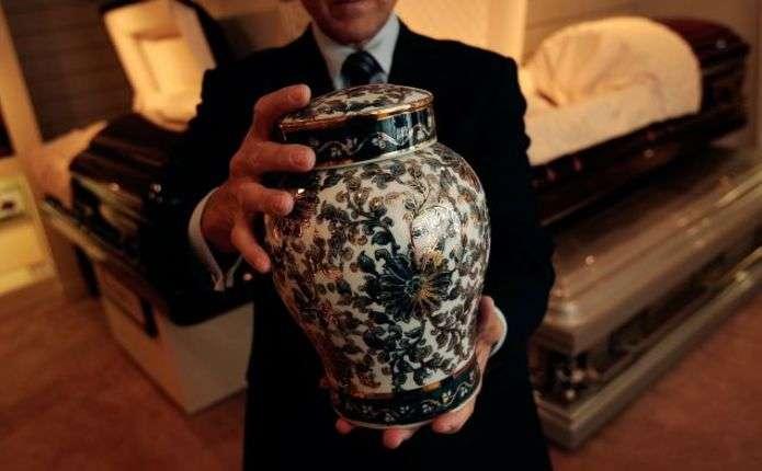 Влада Ватикану заборонила розвіювати чи тримати вдома прах після кремації
