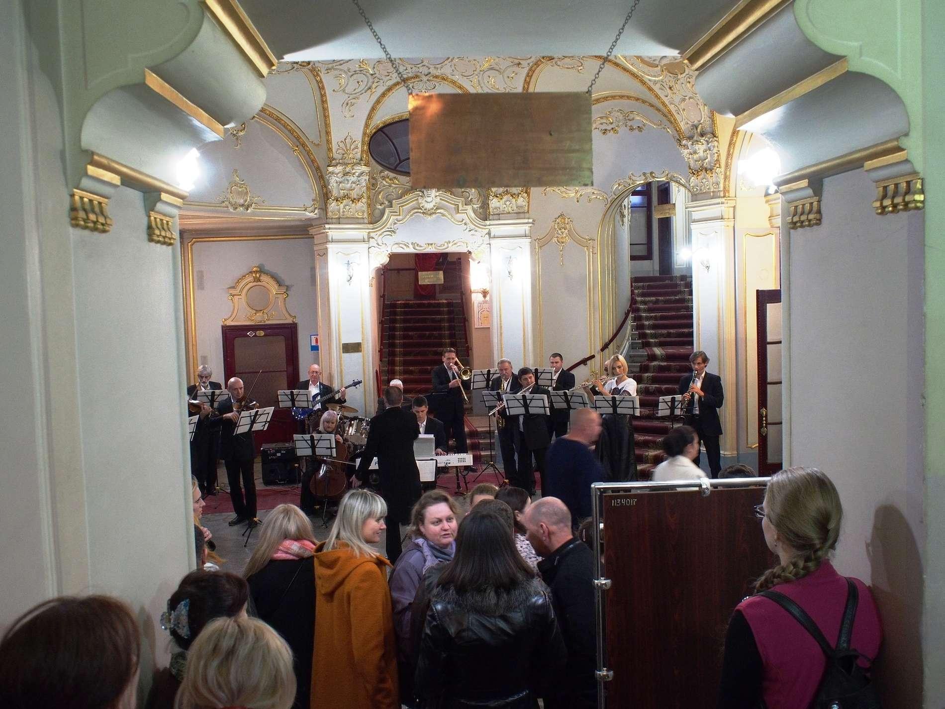 Міні-концерт перед виставою дають у муздрамтеатрі в Чернівцях