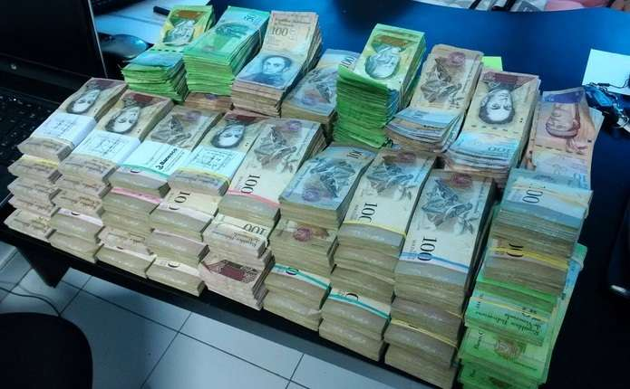 У Венесуелі почали зважувати гроші для оплати продуктів та послуг