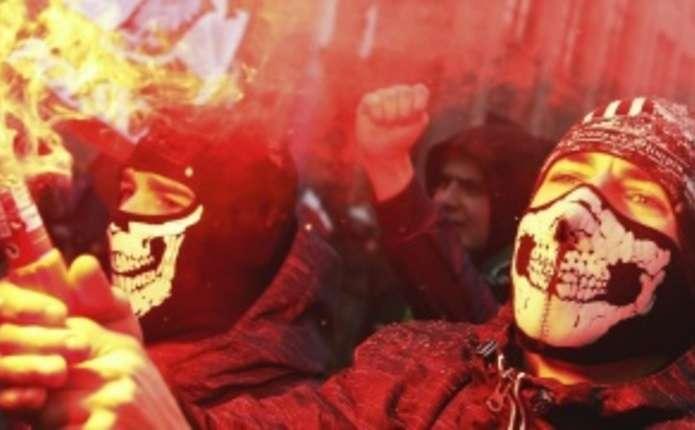 У Варшаві націоналісти спалили український прапор