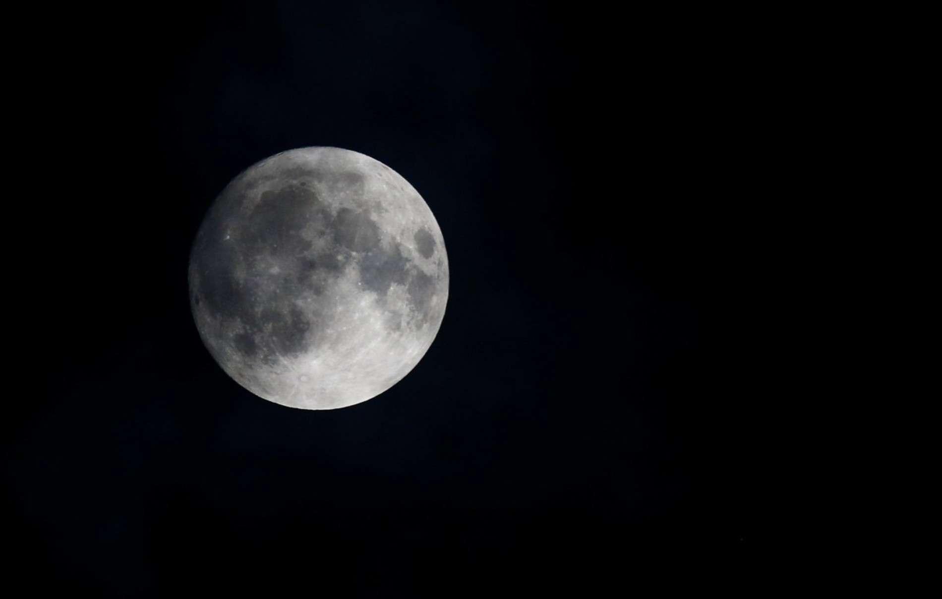 Над Землею зійшов супермісяць: Reuters показав видовищні фото