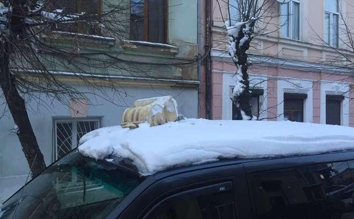 На вулиці Б. Хмельницького у Чернівцях з 4-го поверху будинку впав шматок ліпки