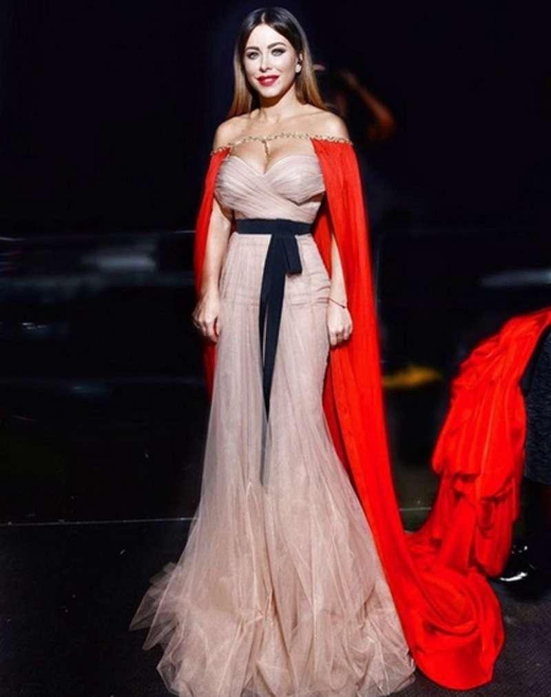 На вручення премії Золотий грамофон Ані Лорак одягла сукню з довжелезним шлейфом