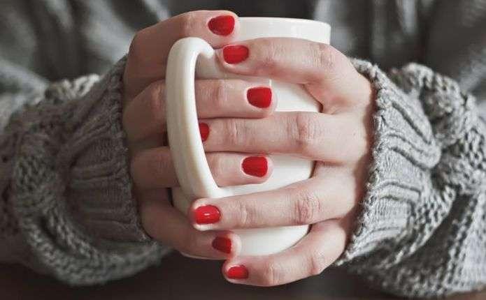 Чому взимку мерзнуть руки: 10 причин