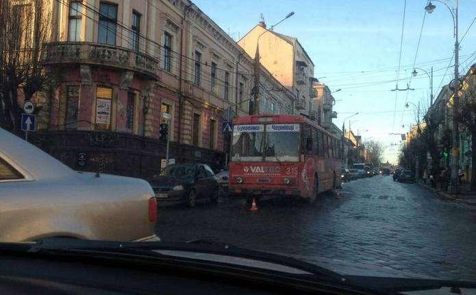 У центрі Чернівців потрапив в аварію тролейбус