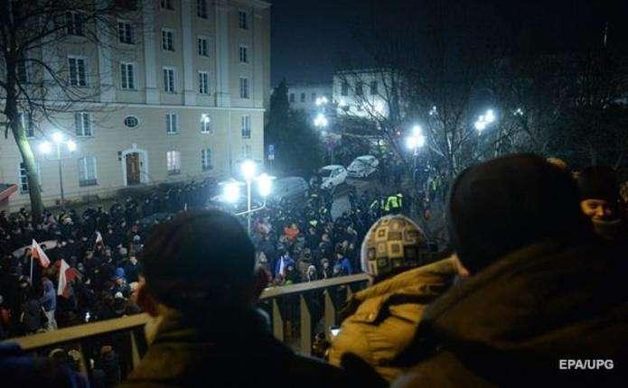 У Польщі протестувальників розганяли газом