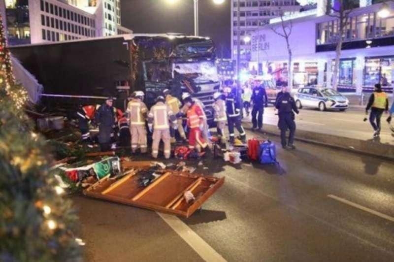 Вантажівка влетіла в натовп у Берліні, загинуло 9 осіб