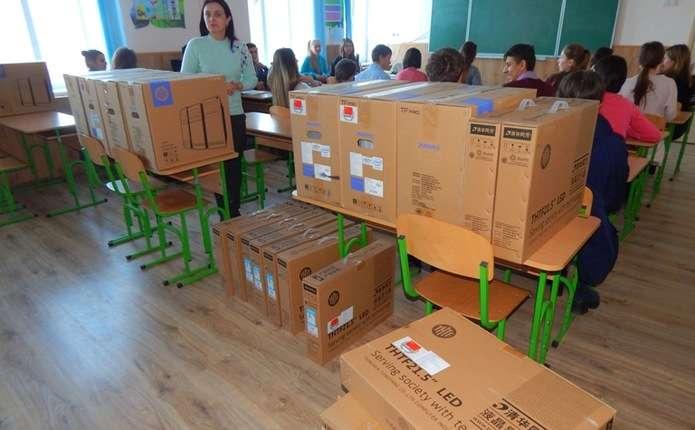 45 комп'ютерів передали у школи Вижницького району
